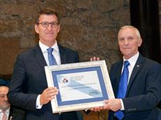Feijóo recibió el galardón de manos del presidente de la Asociación, Manuel Fernández Quevedo