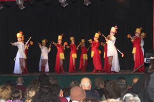 La Guardia Real del Club Español realizó una coreografía con todas a todas las banderas de los distintos países.