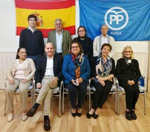 Ramón Moreno posa con los dirigentes del Partido Popular en Suiza, con quienes se reunió.