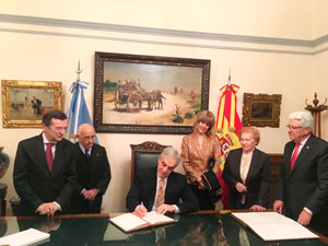 El embajador firmó los libros de oro de la Federación y del Club Español.