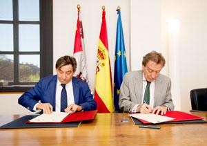 Juan Andrés Blanco y José Antonio de Santiago-Juárez firmaron el convenio.