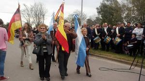 Los abanderados Blanca López de Pinciaroli, con la bandera argentina, y Julián Mariñas, con la española.