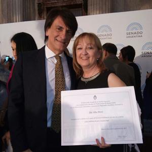 La homenajeada con su diploma.