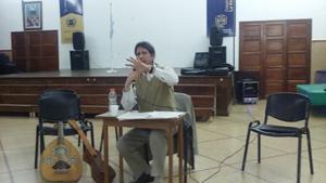 Cáceres Silva dando su charla.