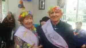 El rey y la reina de la primavera del Hogar Español de ancianos.