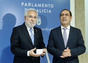 El presidente del Parlamento de Galicia, Miguel Santalices, recibió de manos del conselleiro de Facenda, Valeriano Martínez, el Proyecto de Presupuestos de Galicia para 2018.