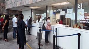 Colas en el Consulado General de España en Ciudad de México.