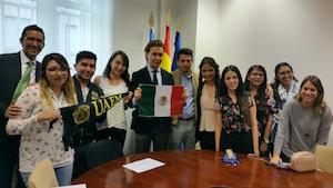 Los estudiantes mexicanos posan con el director xeral.