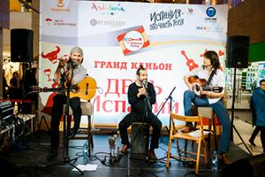 El cantante y su grupo.