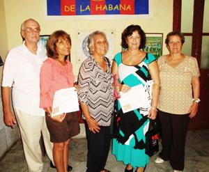 Julio Santamarina con las autoras de los trabajos ganadores.