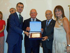 El consejero de la Presidencia le entregó a Hernando una plaqueta conmemorativa del centenario.