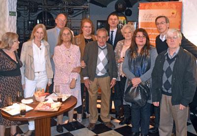 Herrero con algunos de los emigrantes de Castilla y León.