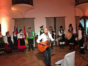 Actuación del cantante Emilio Rúa.