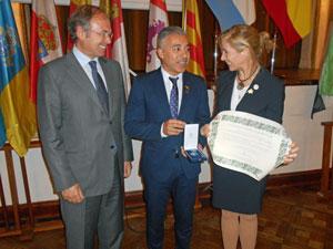 Pío García Escudero, el presidente de la Sociedad Española de Scorros Mutuos de Neuquén, Manuel Cuesta, y Marina del Corral en el momento de entrega de la Medalla.