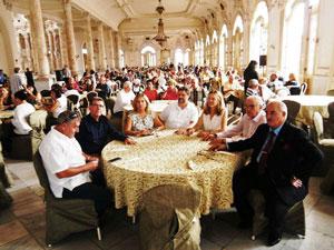 Mesa de autoridades en el abarrotado salón del antiguo Palacio del Centro Gallego de La Habana.