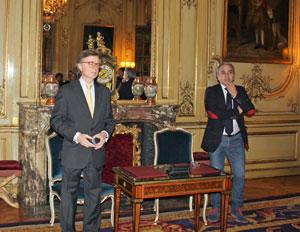 El embajador dirigió unas palabras a los asistentes.