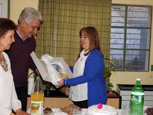 El intendente José Zara hizo entrega de un obsequio a la entidad que recogió su presidenta.