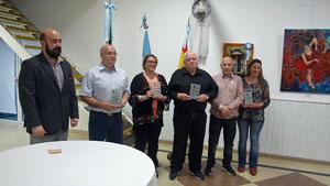 El cónsul, Carlos Tercero (izquierda), junto a los ganadores.