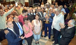 Los asturianos con la copa de campeones.
