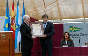 José Manuel Rodríguez entrega a Javier Fernández el diploma que acompaña a la Insignia de Oro del Centro Asturiano de La Coruña.
