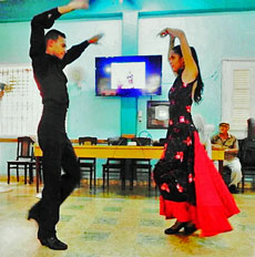El grupo de danzas 'Palmas y Olivos' estuvo presente en la celebración por la Fiesta de la Hispanidad.
