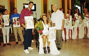 Los príncipes canarios con Carmelo González, presidente de la ACC 'Leonor Pérez Cabrera'.