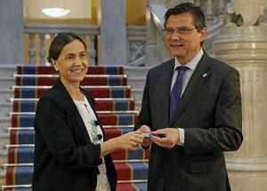 La consejera de Hacienda y Sector Público del Gobierno del Principado de Asturias, Dolores Carcedo, entregó al presidente de la Junta General del Principado, Pedro Sanjurjo, el Proyecto de Ley de Presupuestos Generales de Asturias para 2018.