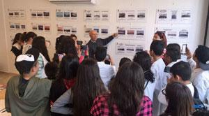Los alumnos atienden a las explicaciones en su visita a la muestra.