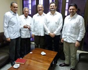 De derecha a izquierda, Rodríguez Miranda, Juan José Buitrago y dirigentes del Gobierno cubano.