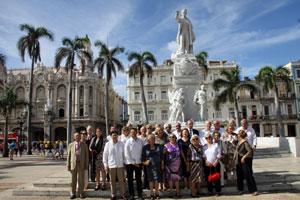 Los miembros de la Enxebre Orde da Vieira frente al Centro Gallego de La Habana.