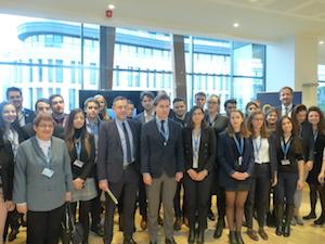 El director xeral de Relacións Exteriores e coa UE de la Xunta de Galicia, Jesús Gamallo, con los jóvenes que asistieron al debate sobre la evaluación de la Agenda Europea de migración.