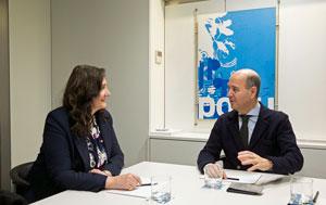 Mariela Estévez y el secretario ejecutivo del PP en el Exterior.