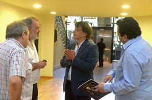 Varela y Mahler charlan durante el recorrido de las instalaciones.