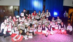 Niños y jóvenes del Valle Miñor e Hijos de Morgadanes con sus diplomas.