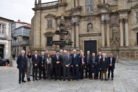 Núñez Feijóo y Rodríguez Miranda posaron con los miembros de la Comisión Delegada del Consello de Comunidades Galegas junto con el resto de autoridades asistentes.
