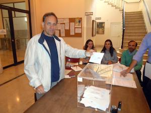 Un emigrante catalán deposita su voto en el Consulado español en Buenos Aires.