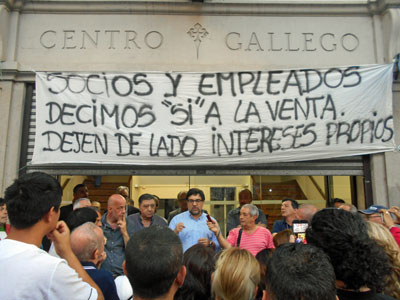 El interventor comunica el resultado de la asamblea a los trabajadores.