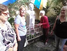 Ofrenda floral ante el busto de Leonor Pérez Cabrera en Villa Clara.