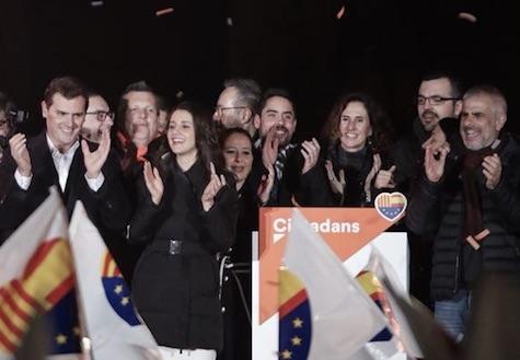 Inés Arrimadas (centro, en primera fila) celebra la victoria con otros dirigentes de Ciudadanos.