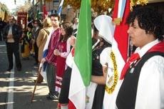 Los abanderados en el desfile.