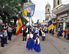 La Asociación Buscando Raíces de emigrantes canarios encabezó el desfile.