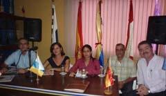 Miguel Ángel Machín (1º) y Claudina Morales (2º), con la directiva de Coalición Canaria en Venezuela. A la dcha, Francisco Correa, presidente de Fedecanarias).