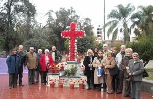 Miembros de la entidad junto a la Cruz de Mayo.