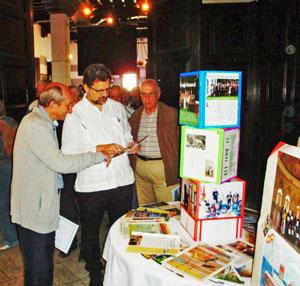 Juan Luis López Ayra y el embajador Juan José Buitrago visitando la muestra.