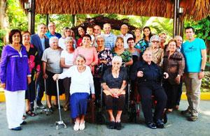 Los emigrantes galardonados y los directivos de la Colonia Leonesa.