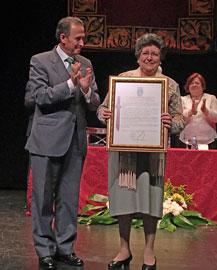 Jose Maria Román entregó el galardón a la presidenta de Agader.