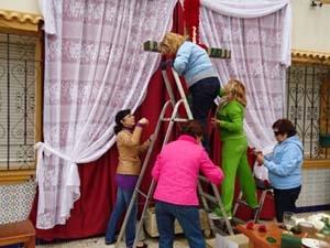 Mujeres preparando la Cruz.