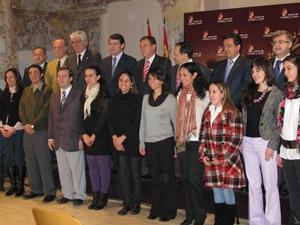 Alfonso Fernández Mañueco junto a los becados en la pasada edición.