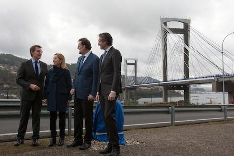 Alberto Núñez Feijóo, Ana Pastor, Mariano Rajoy e Íñigo de la Serna, ante el nuevo perfil del Puente de Rande, con los tableros exteriores.