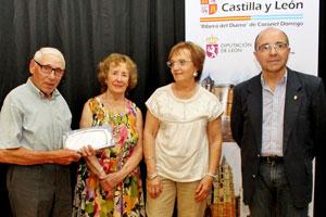 Saturnino Castrillo Carrasco, izquierda, con su galardón.